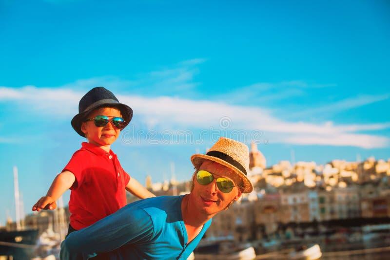 Familjlopp - fader och son som spelar på kajen av Malta royaltyfria foton