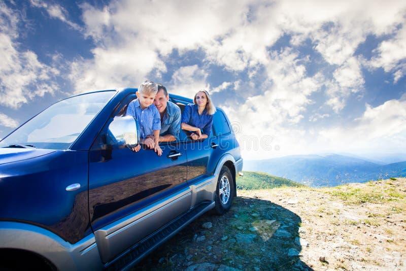 Familjlopp med bilen royaltyfri fotografi