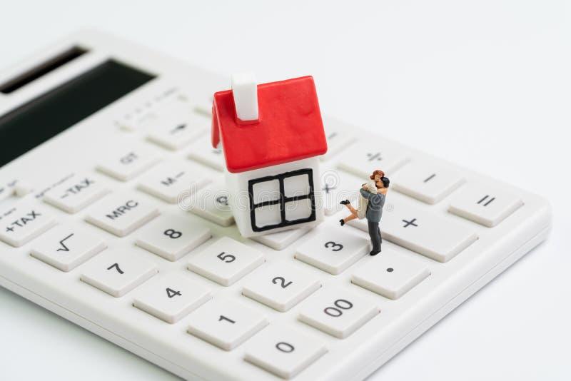 Familjmål, byggande framtid med huskostnadsberäkning, intecknar och bostadslån- eller fastighetbegreppet, miniatyrpardiagram royaltyfri fotografi