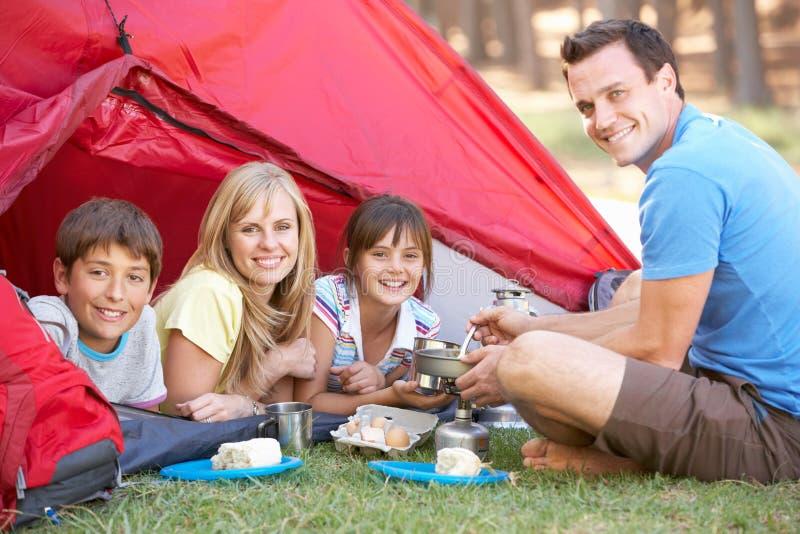 Familjmatlagningfrukost på campa ferie royaltyfri foto