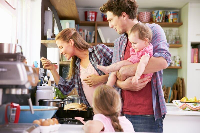 Familjmatlagningmål i kök tillsammans fotografering för bildbyråer