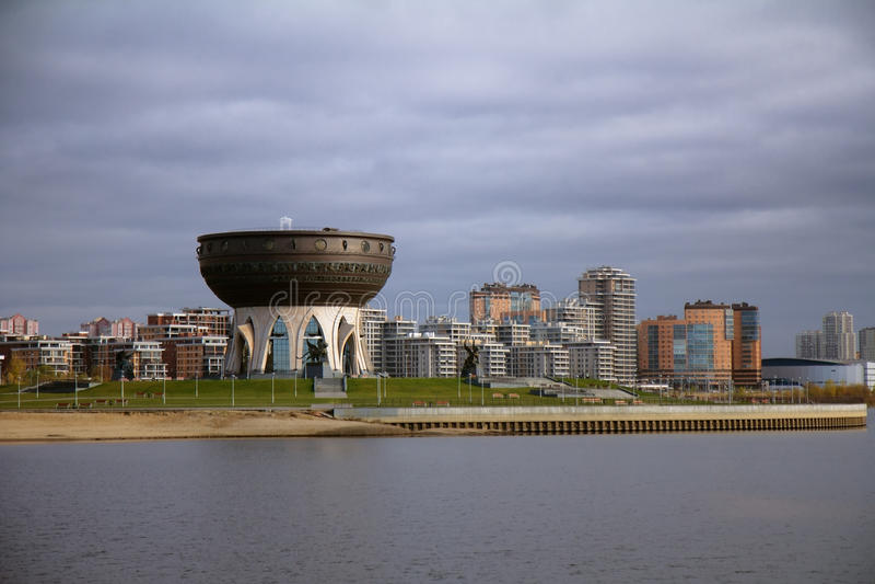 Familjmitt - central bröllopslott- och Kazanka flod i Kaza royaltyfri fotografi