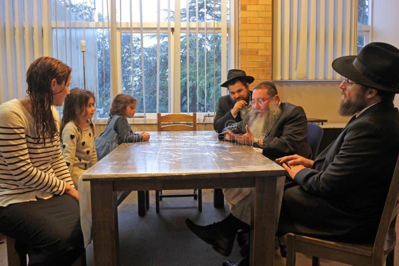 Familjomvandling till judendom av den judiska rabbinic domstolen fotografering för bildbyråer