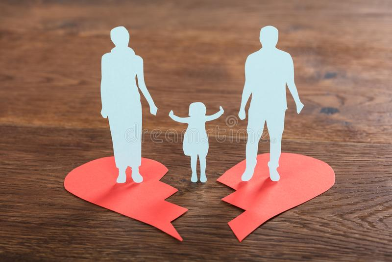 Familjpapper som klipps på bruten hjärta fotografering för bildbyråer