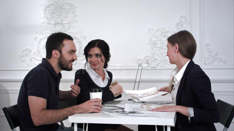 Familjpar som diskuterar något med formgivaren royaltyfri fotografi