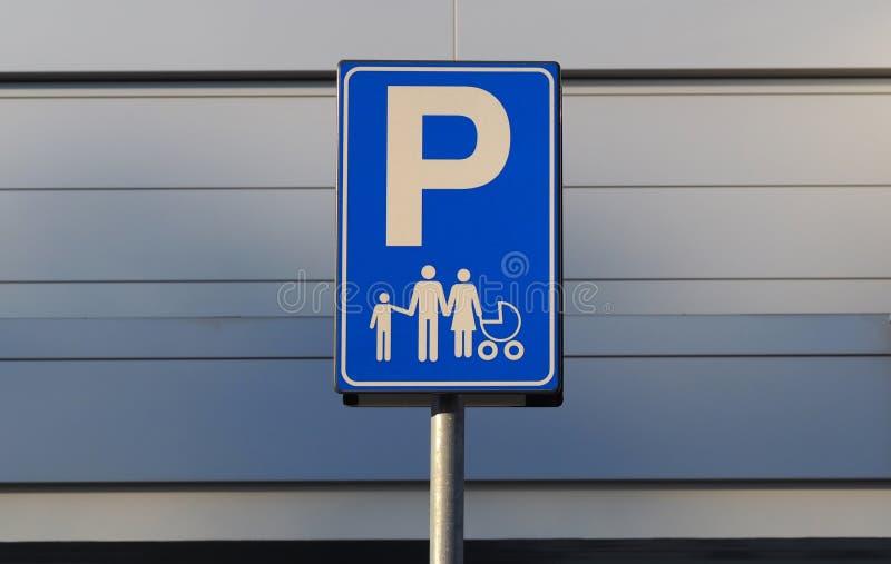 Familjparkeringstecken på grå bakgrund Reserverad parkering för föräldrar med barn arkivbilder
