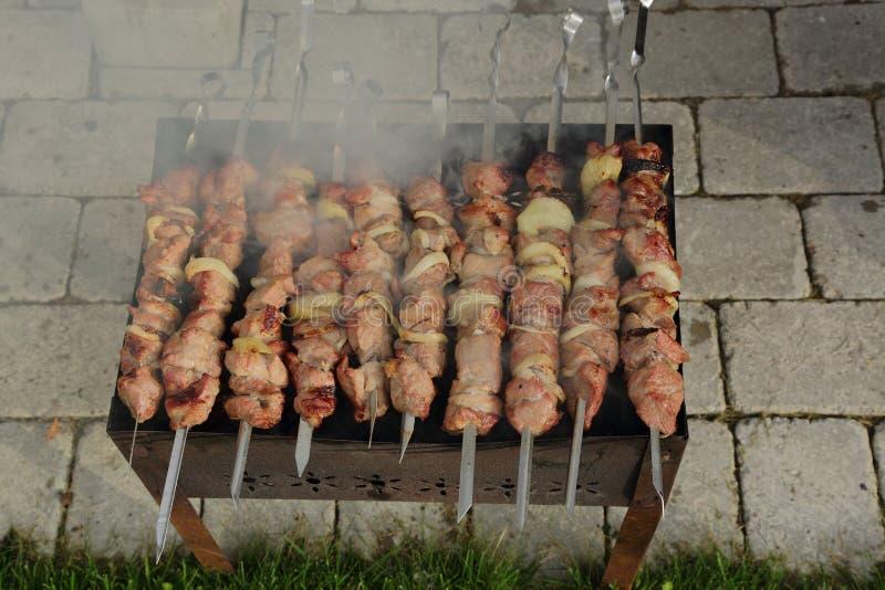 Familjparti med favorit grillad mat arkivbilder
