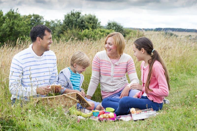 Familjpicknick på stranden arkivbilder