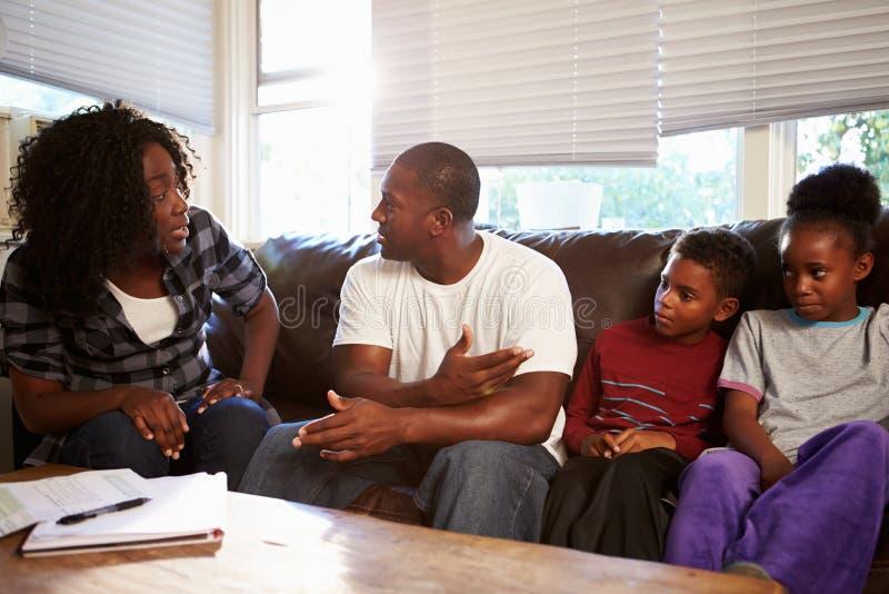 Familjsammanträde på Sofa With Parents Arguing royaltyfri fotografi