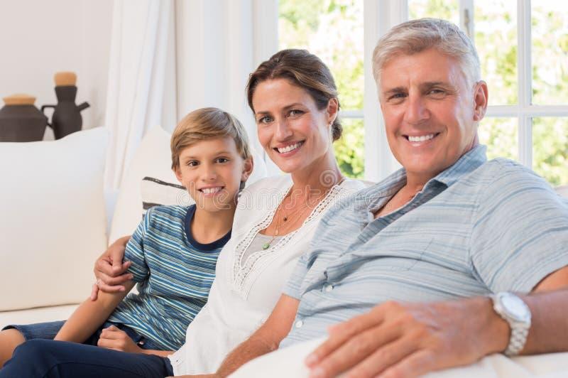 Familjsammanträde på soffan royaltyfria bilder
