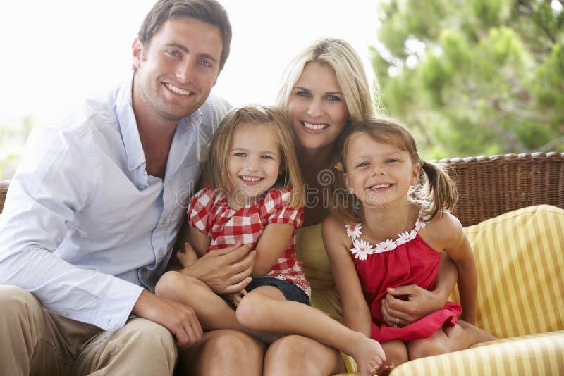 Familjsammanträde på trädgårds- Seat tillsammans royaltyfri bild