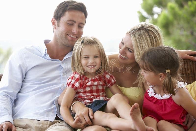 Familjsammanträde på trädgårds- Seat tillsammans arkivbilder