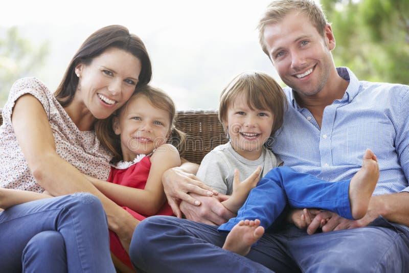Familjsammanträde på trädgårds- Seat tillsammans royaltyfria bilder