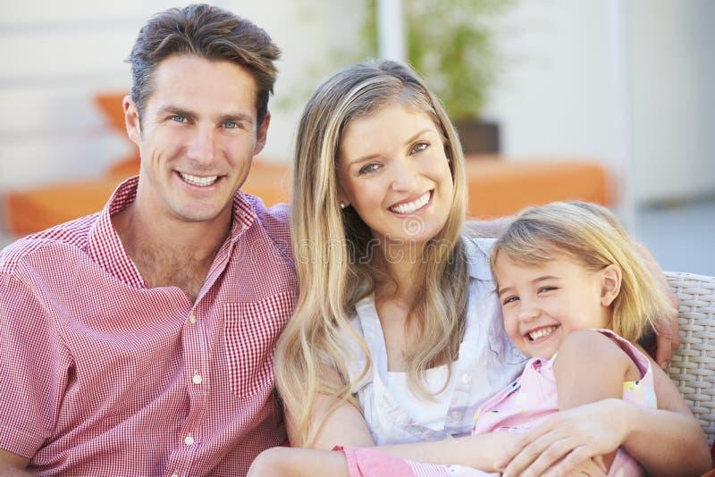 Familjsammanträde på trädgårds- Seat tillsammans royaltyfri foto