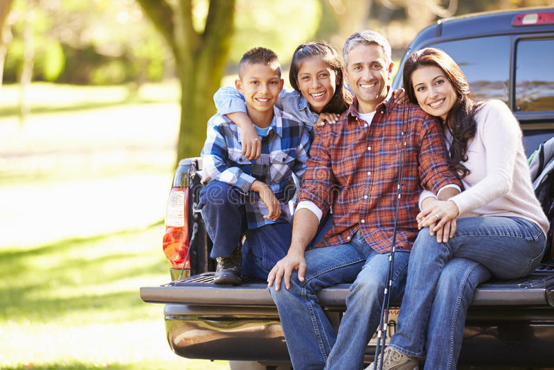 Familjsammanträde väljer in upp lastbilen på campa ferie royaltyfri fotografi