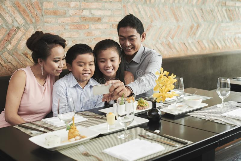 Familjselfiestående arkivfoto