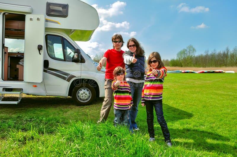 Familjsemester, RV-camparelopp med ungar, lyckliga föräldrar med barn på tur i motorhome arkivfoton