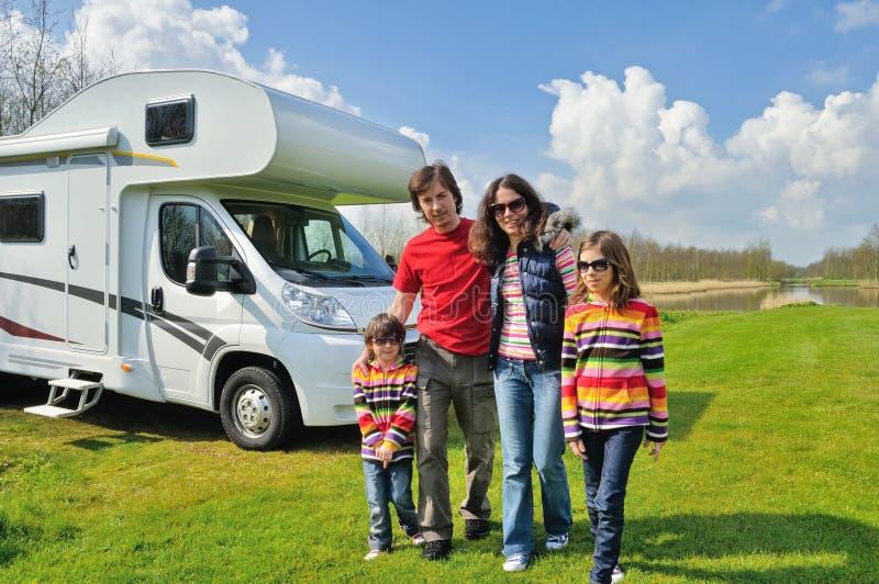 Familjsemestern, RV-lopp med ungar, snubblar lyckliga föräldrar med barn på ferie i motorhome arkivbilder