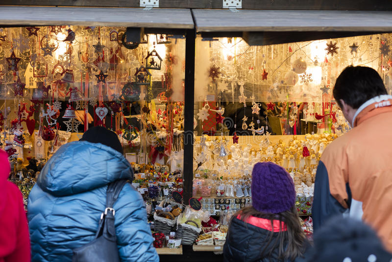 Familjshopping på de traditionella julmarknaderna på fredfyrkanten Namesti Miru i Prague, Tjeckien royaltyfria foton