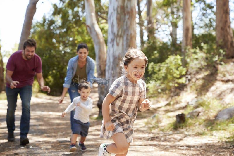 Familjspring längs banan till och med Forest Together arkivbilder