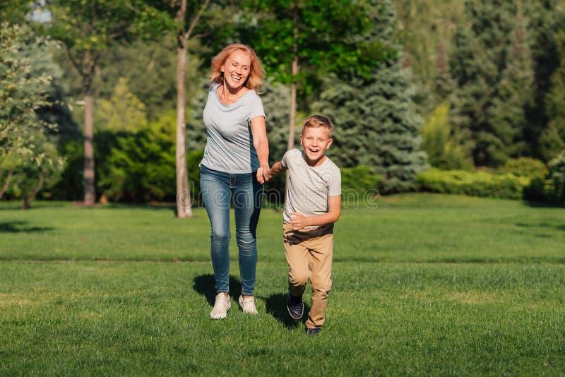 Familjspring på grön gräsmatta royaltyfria foton