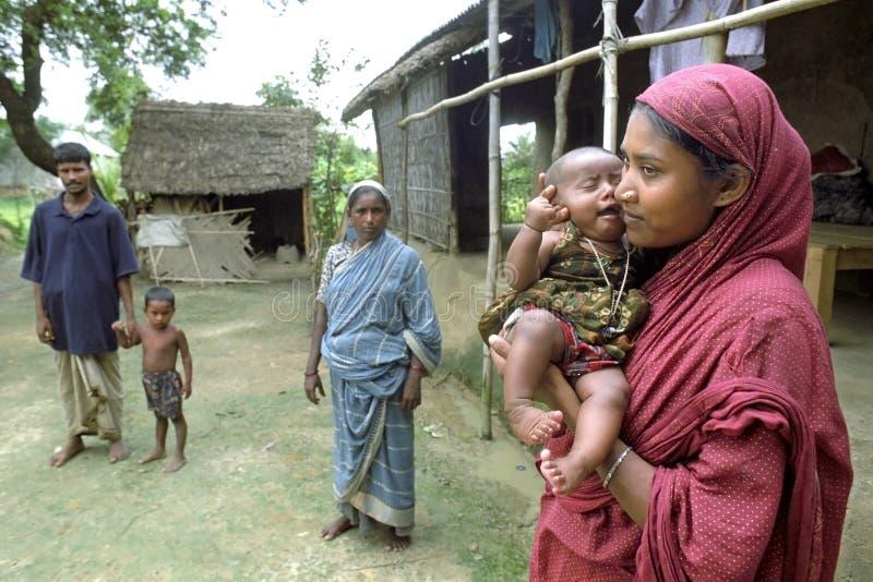 Familjstående av fattigt bangladeshiskt folk royaltyfri foto