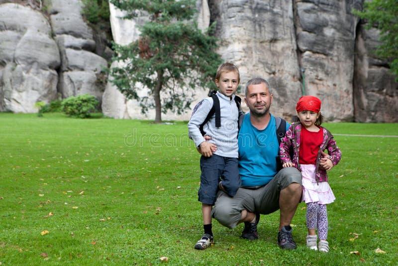 Familjstående bredvid rocks royaltyfri fotografi
