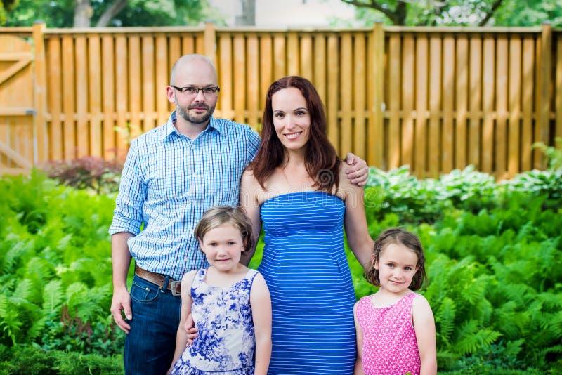 Familjstående utanför i sommaren royaltyfri fotografi