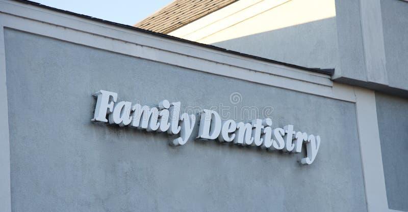 Familjtandläkekonsttecken royaltyfri bild