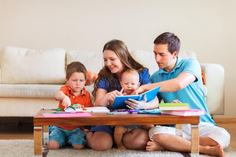 Familjteckning fotografering för bildbyråer