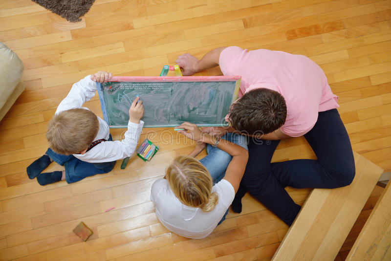 Familjteckning på skolförvaltning hemma arkivbilder