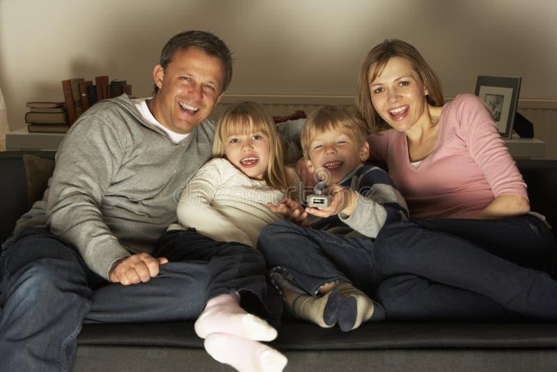 familjtelevision som håller ögonen på tillsammans arkivfoton