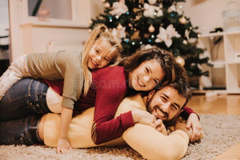 Familjtid är den största gåvan allra royaltyfria foton
