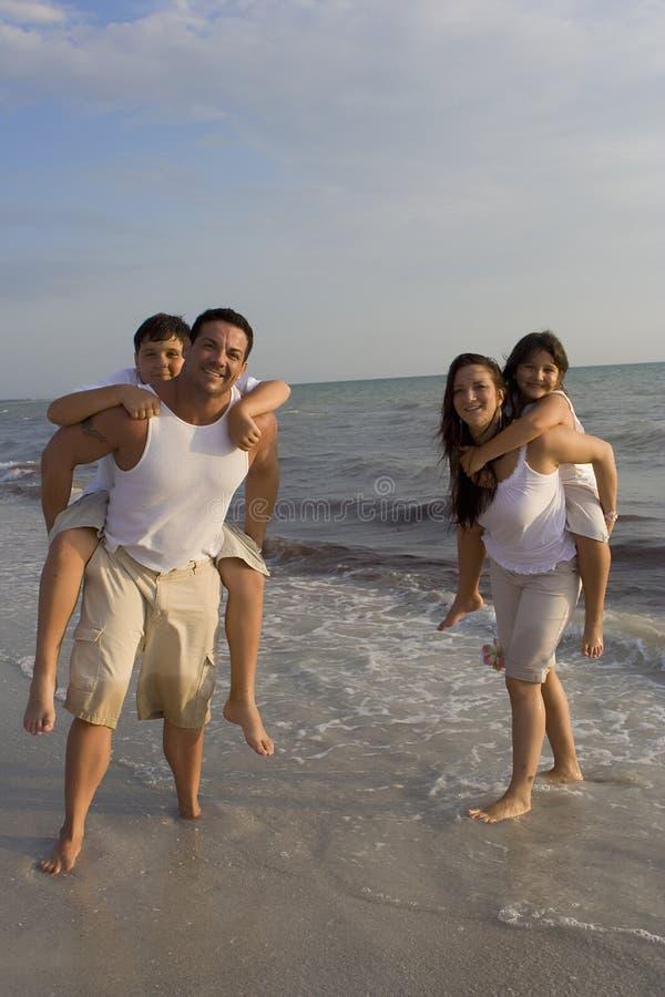 Familjtid på en strand fotografering för bildbyråer