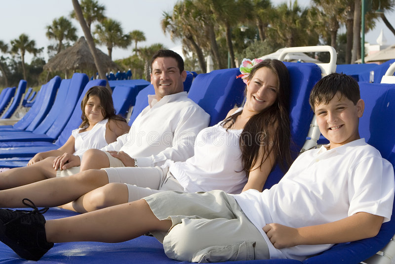 Familjtid på en strand royaltyfri bild