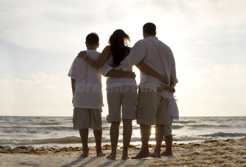 Familjtid på en strand arkivfoto