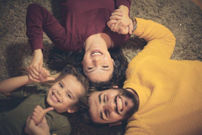 Familjtid, tycker om varje minut av det fotografering för bildbyråer