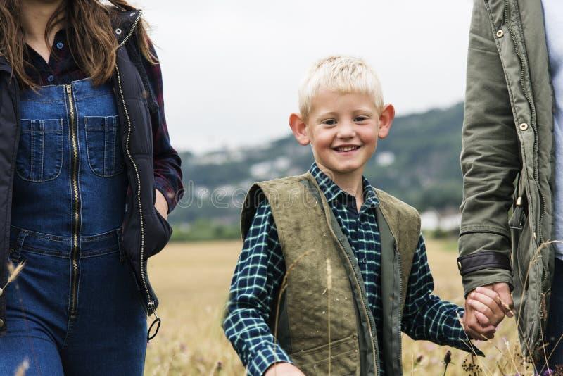 Familjutvecklingar som uppfostrar begrepp för samhörighetskänslafältnatur royaltyfri fotografi
