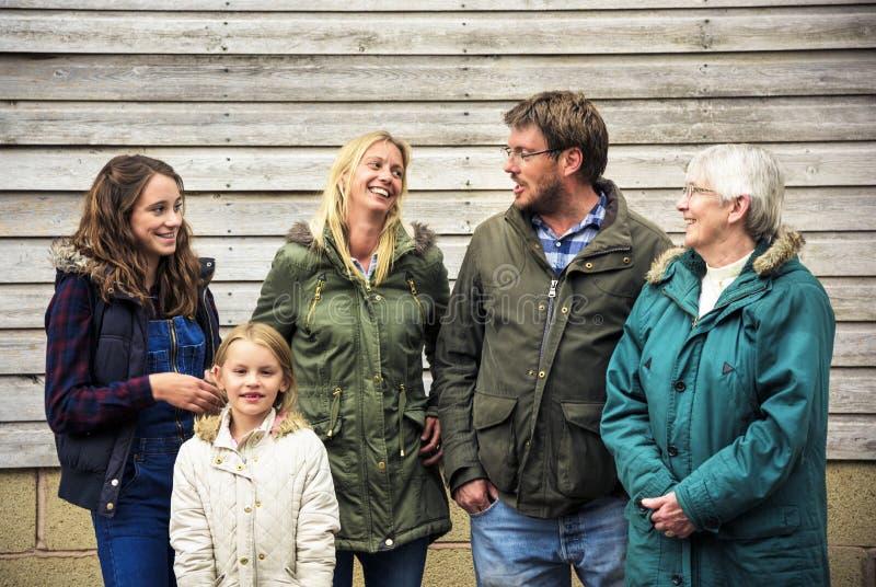 Familjutvecklingar som uppfostrar samhörighetskänslaavkopplingbegrepp royaltyfri foto