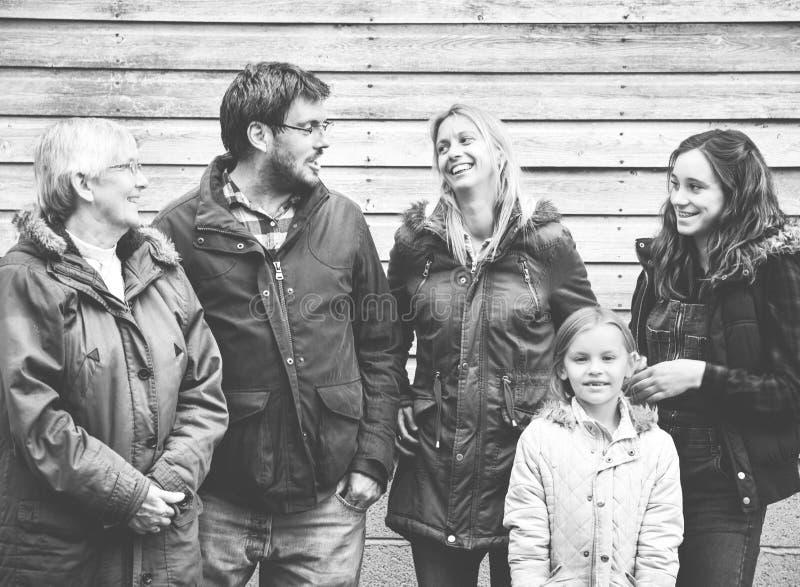 Familjutvecklingar som uppfostrar samhörighetskänslaavkopplingbegrepp royaltyfri fotografi