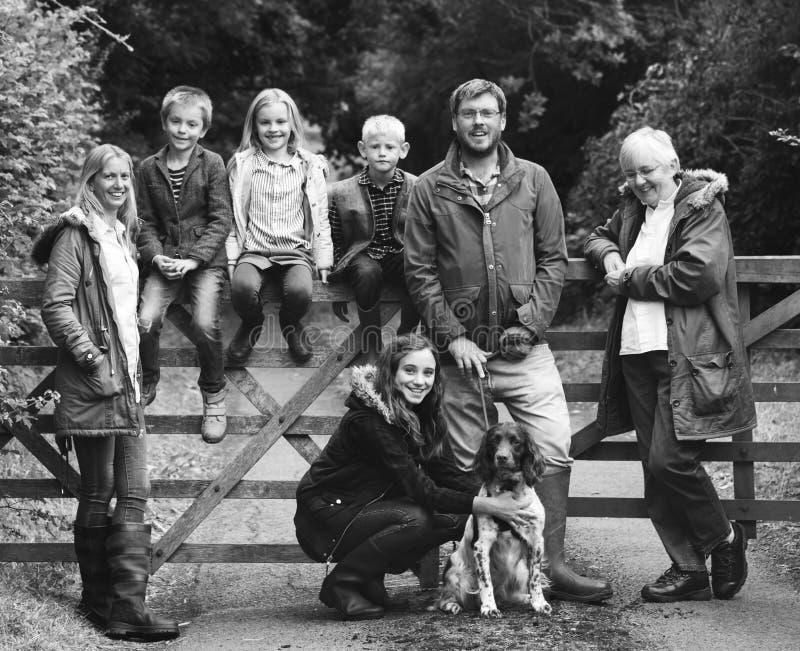 Familjutvecklingar som uppfostrar samhörighetskänslaavkopplingbegrepp royaltyfria bilder