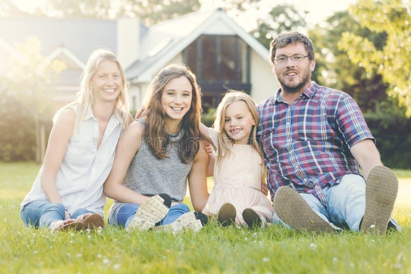 Familjutvecklingar som uppfostrar samhörighetskänslaavkopplingbegrepp royaltyfri bild