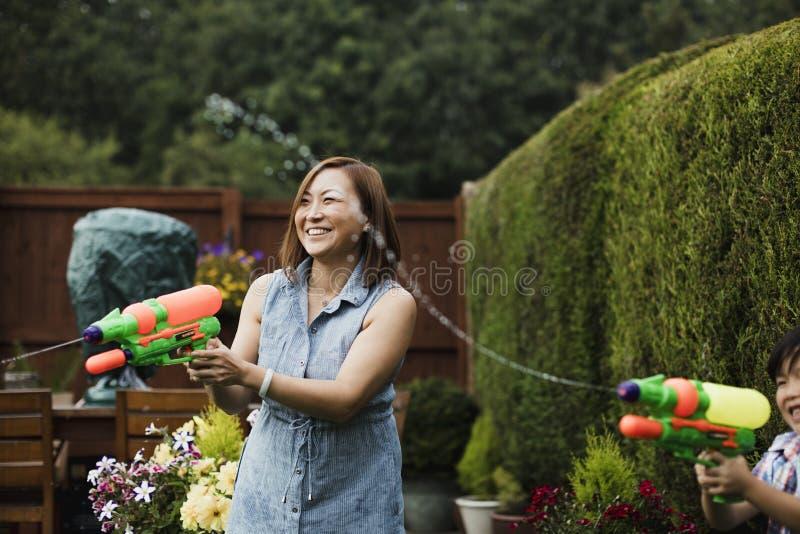 Familjvattenkamp i trädgården arkivbilder