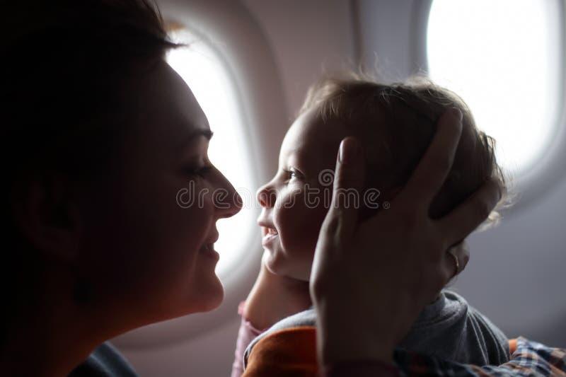 Famille à l'avion image stock