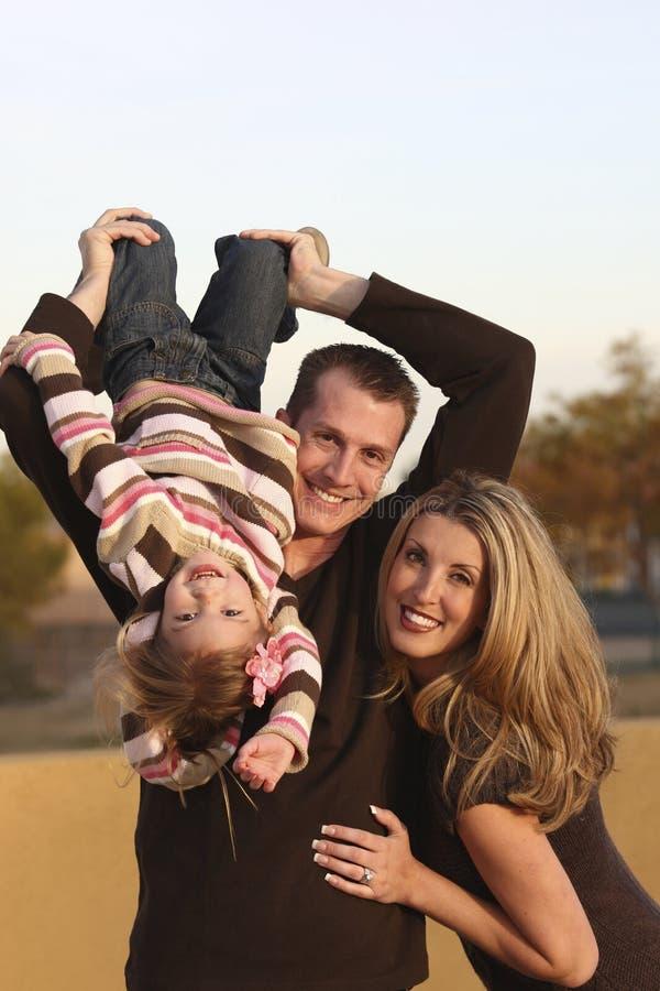 Famille à l'extérieur images libres de droits