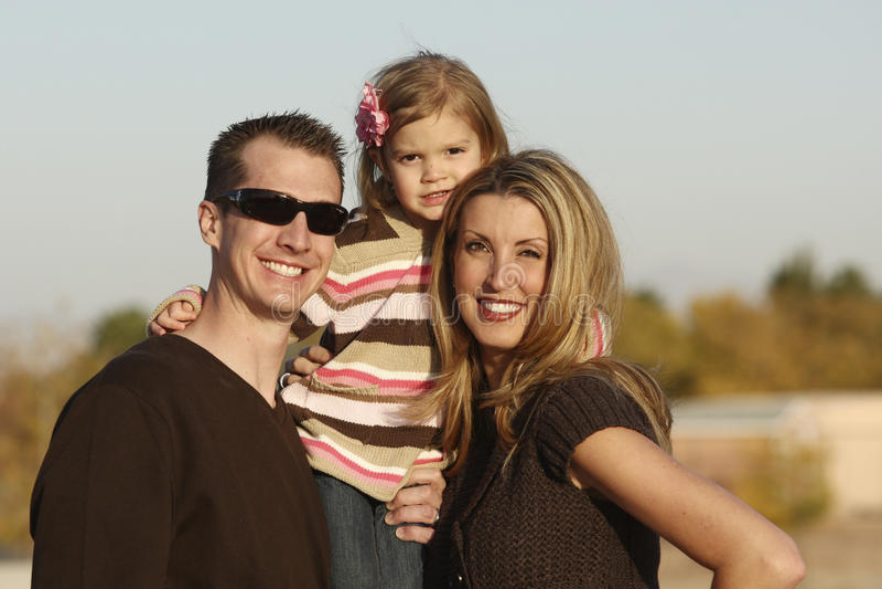 Famille à l'extérieur photographie stock libre de droits