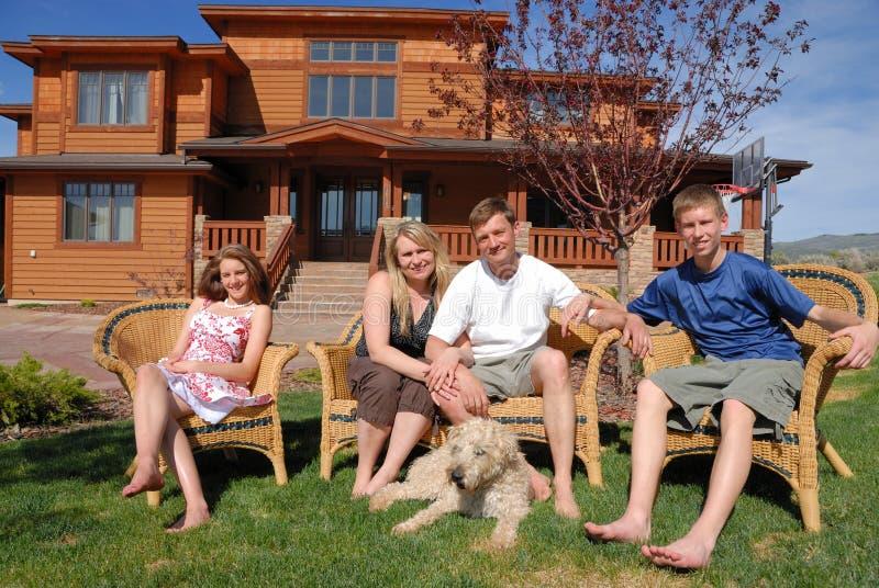 Famille à la maison photos stock
