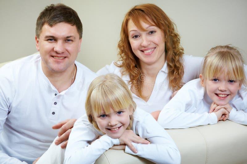 Famille à la maison image libre de droits