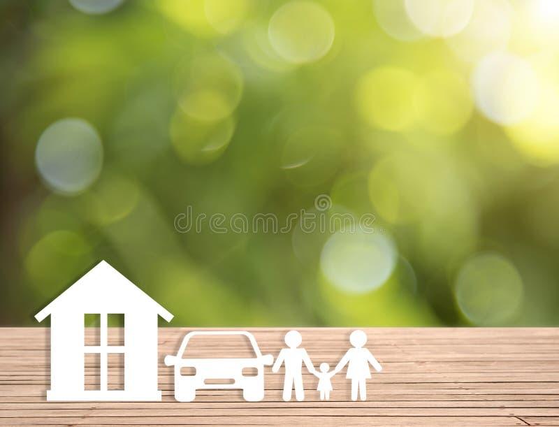 Famille à la maison de voiture sur la table en bois soins de santé d'assurance de concept photo stock