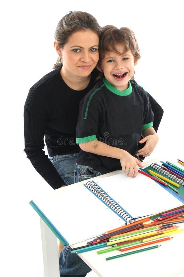 Famille à la maison dessinant photographie stock libre de droits